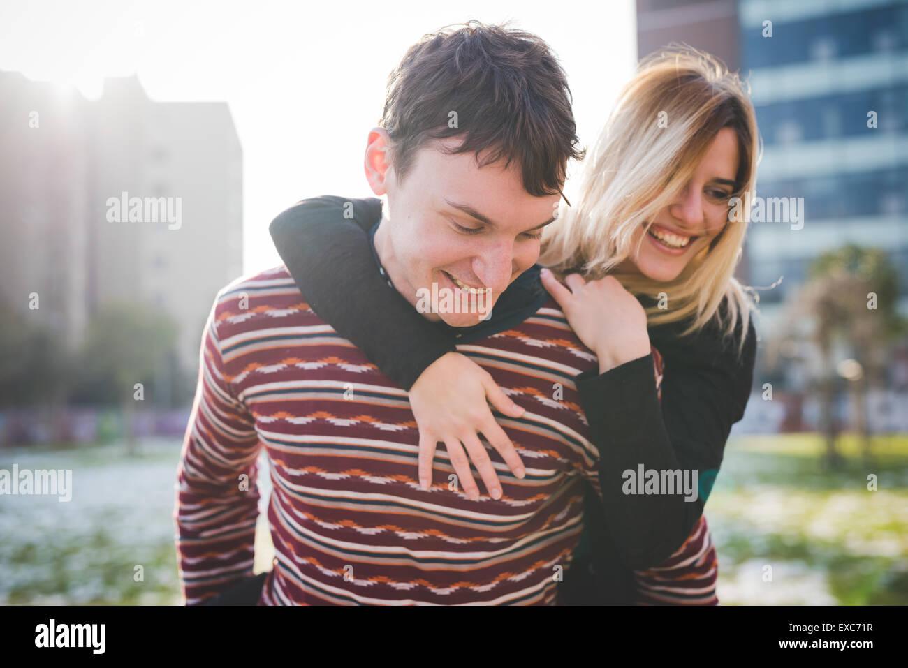 Los amantes de la joven pareja auténtica en la ciudad Imagen De Stock