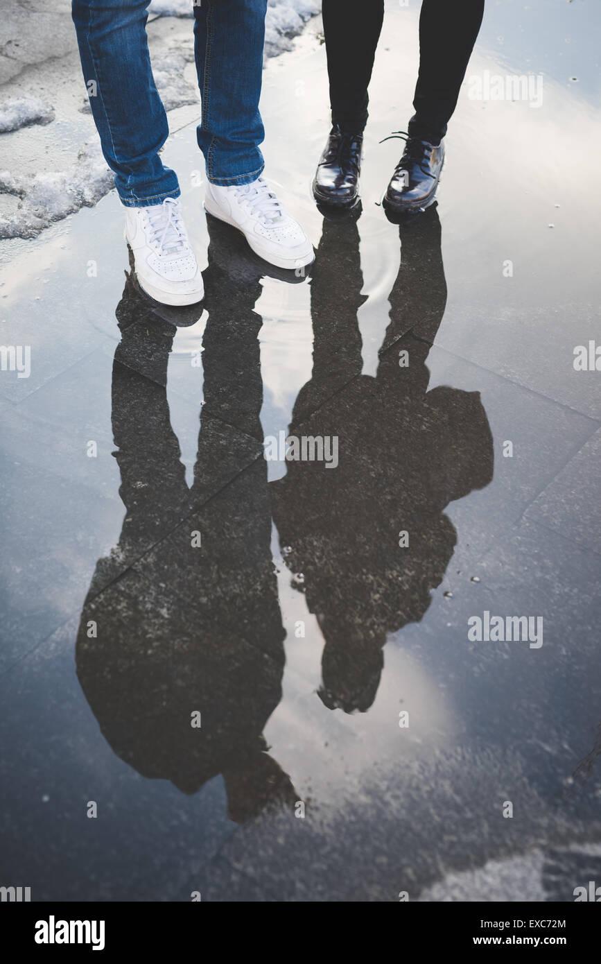 Los amantes de la joven pareja de agua reflexión auténtica en la ciudad Imagen De Stock