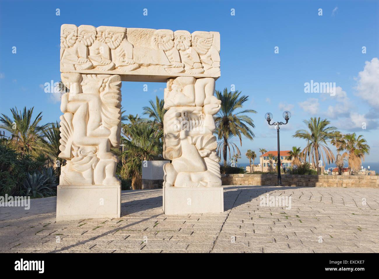 """TEL AVIV, ISRAEL - Marzo 2, 2015: La moderna escultura contemporánea 'Statue de fe"""" en el Gan HaPisga Imagen De Stock"""