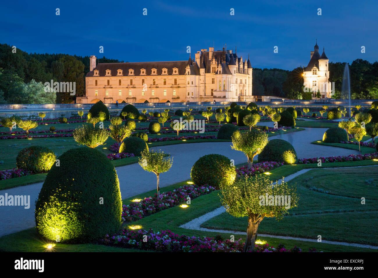 Jardín iluminado de Diane de Poitiers y Château de Chenonceau en el valle del Loira, Centro Francia Imagen De Stock