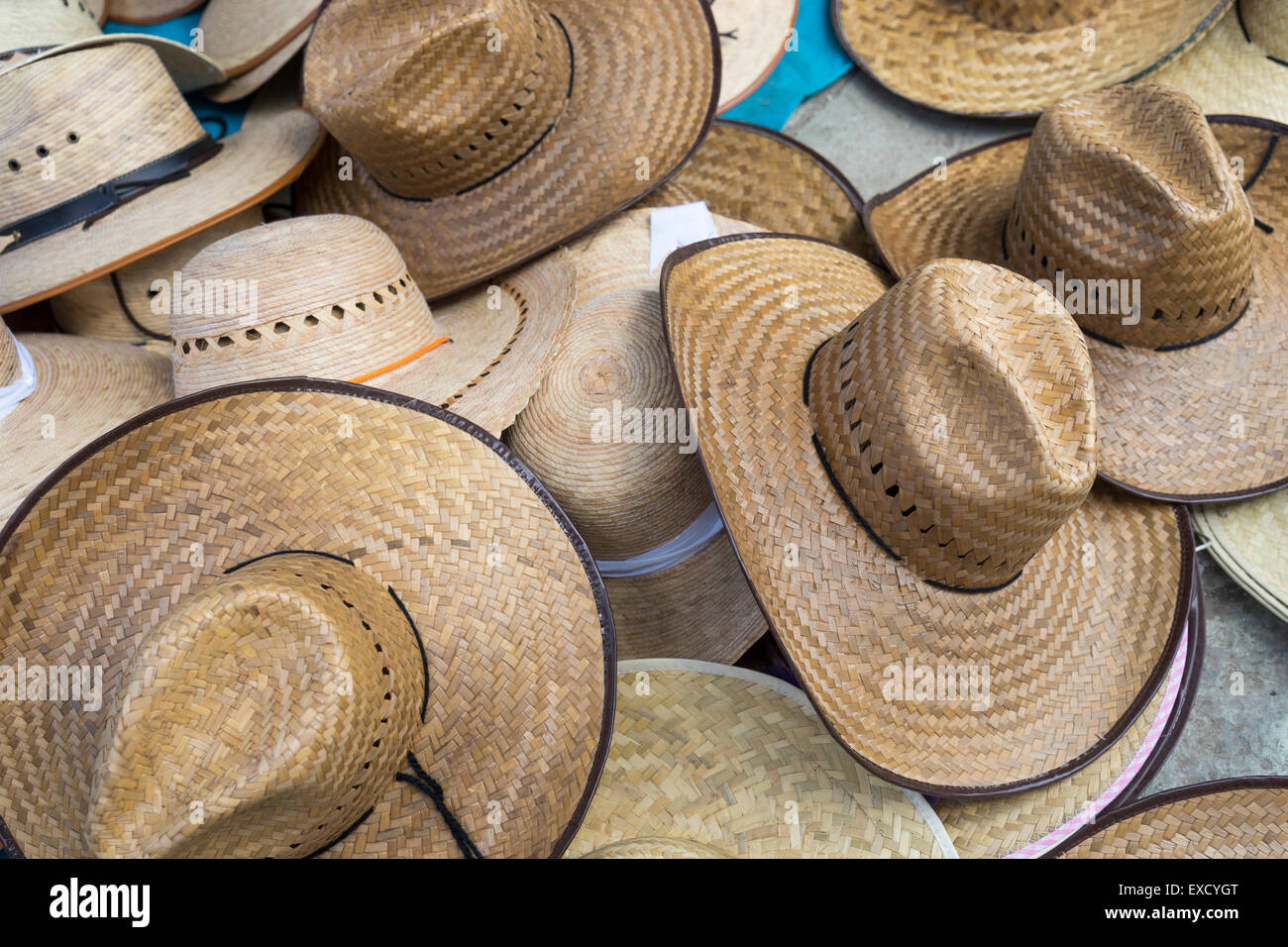 Surtido de sombreros de Paja tejida en la exhibición en un mercado Mexicano  Imagen De Stock e2af12a3289d