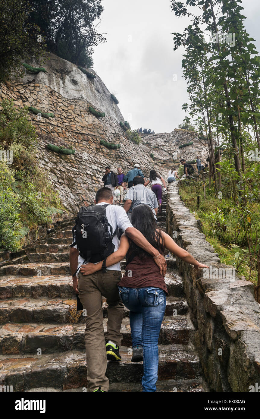 Los lugareños, jóvenes y turistas subiendo el popular Cerro de Monserrate en Bogotá, Colombia. Imagen De Stock