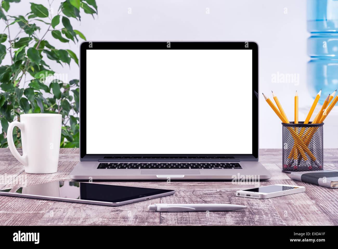 Oficina portátil abierto con una maqueta del smartphone y tablet PC en el escritorio de madera. Para diseñar Imagen De Stock
