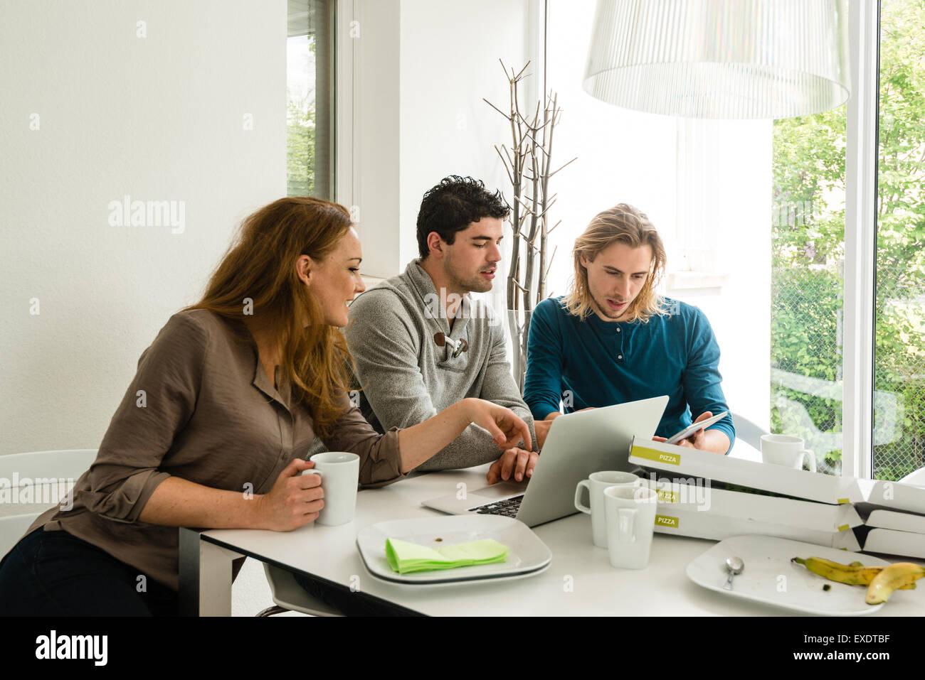 Puesta en marcha de un negocio en la reunión del equipo Imagen De Stock