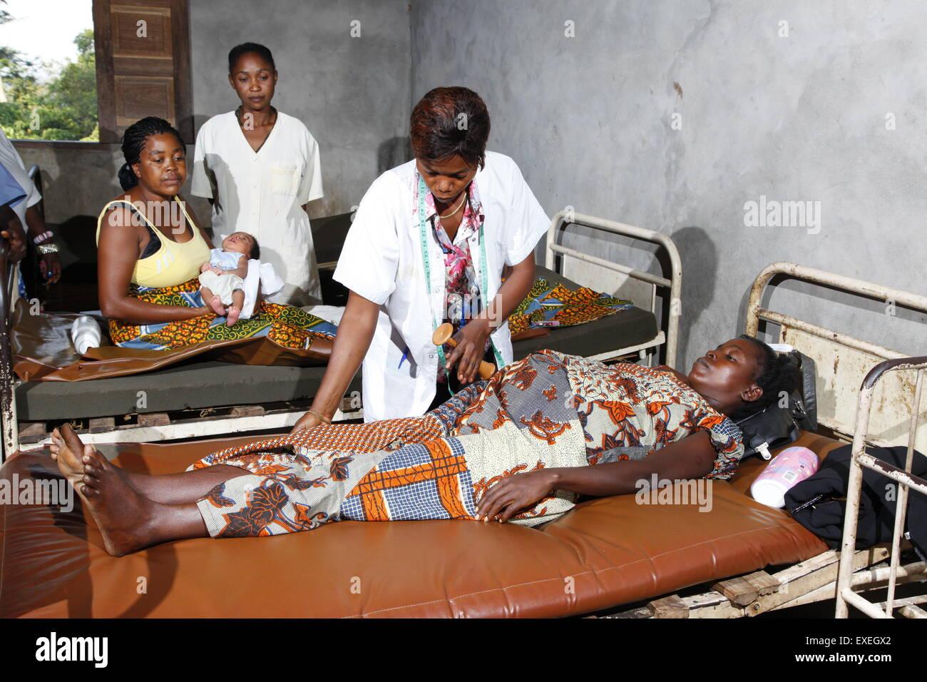 La mujer embarazada que está siendo examinado por un médico, en el hospital, Kawongo Matamba-Solo, distrito, Imagen De Stock