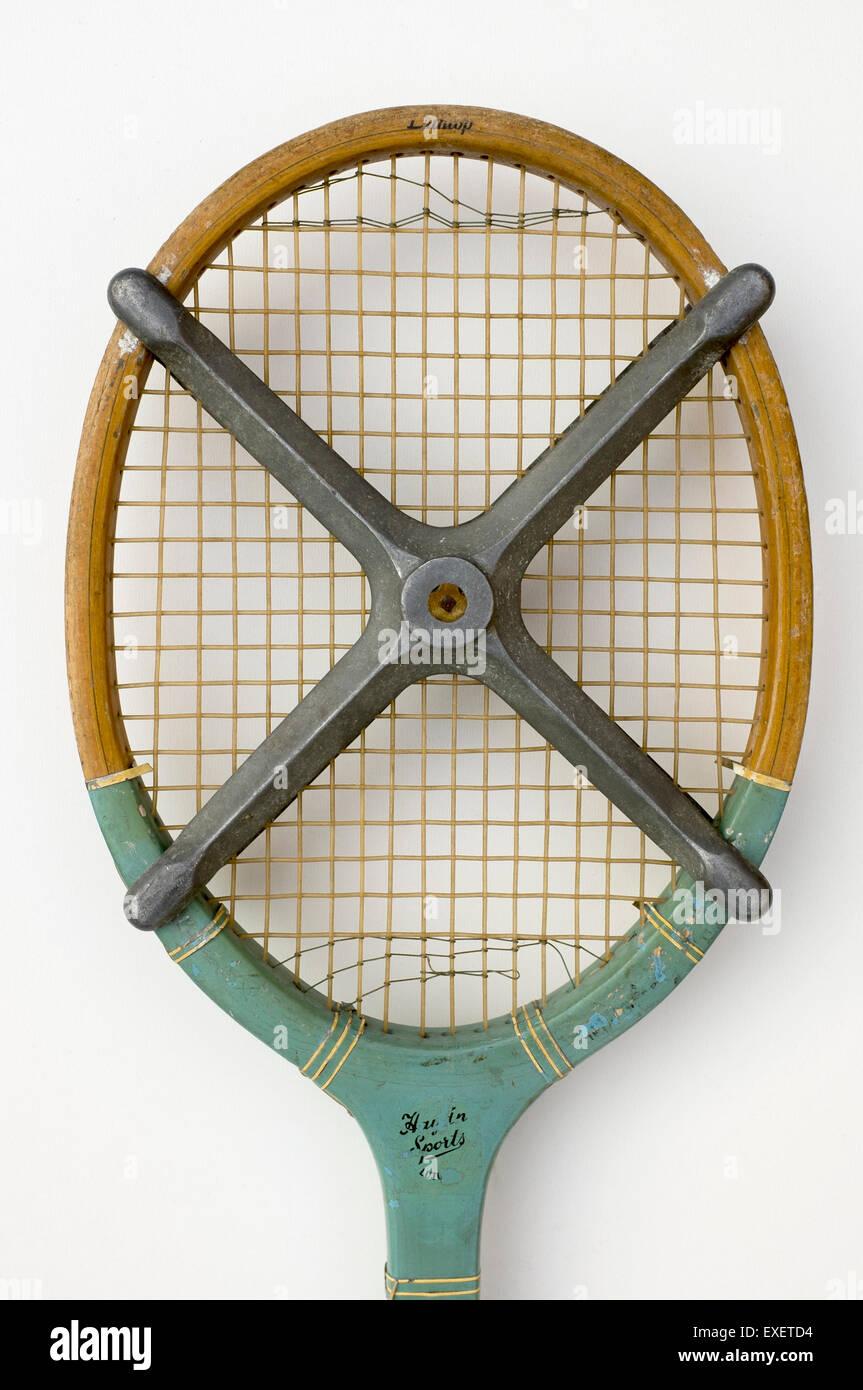 Raqueta de tenis Vintage con muebles antiguos de estancia Foto de stock