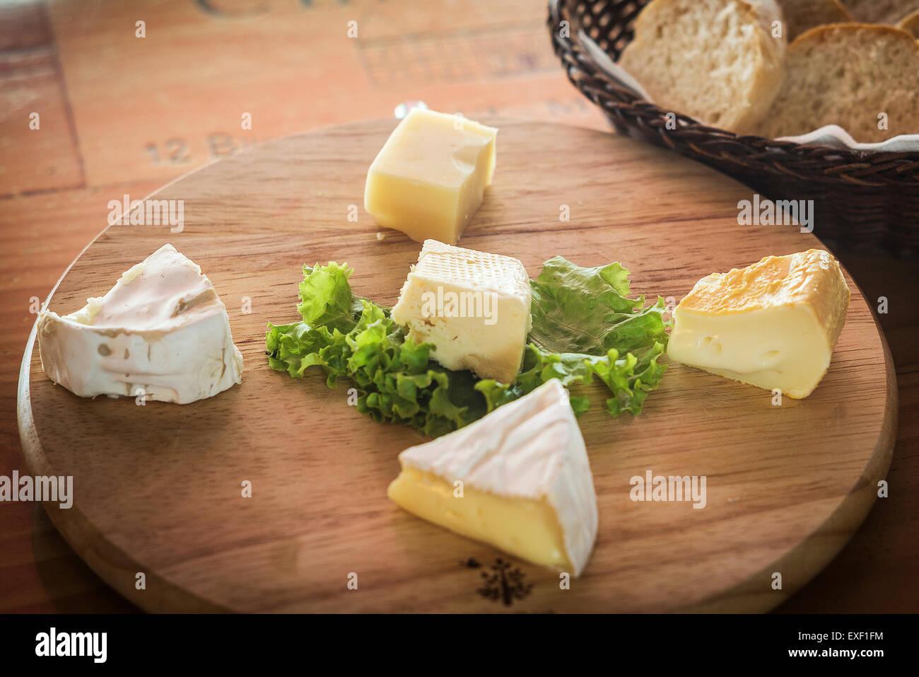 Tabla de quesos franceses tradicionales mezclados con pan Imagen De Stock