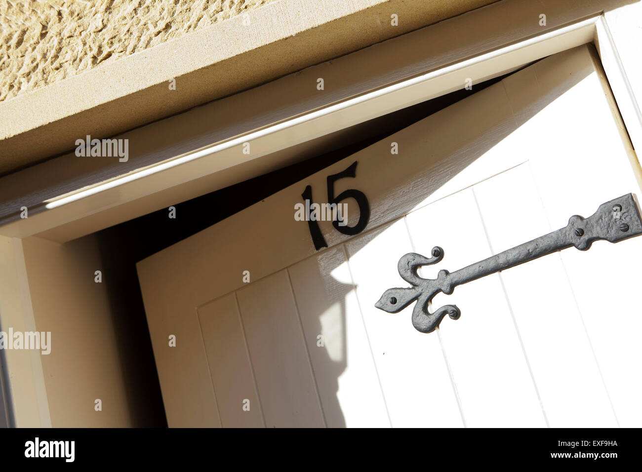 La puerta delantera abierta, entreabierta, número quince Imagen De Stock