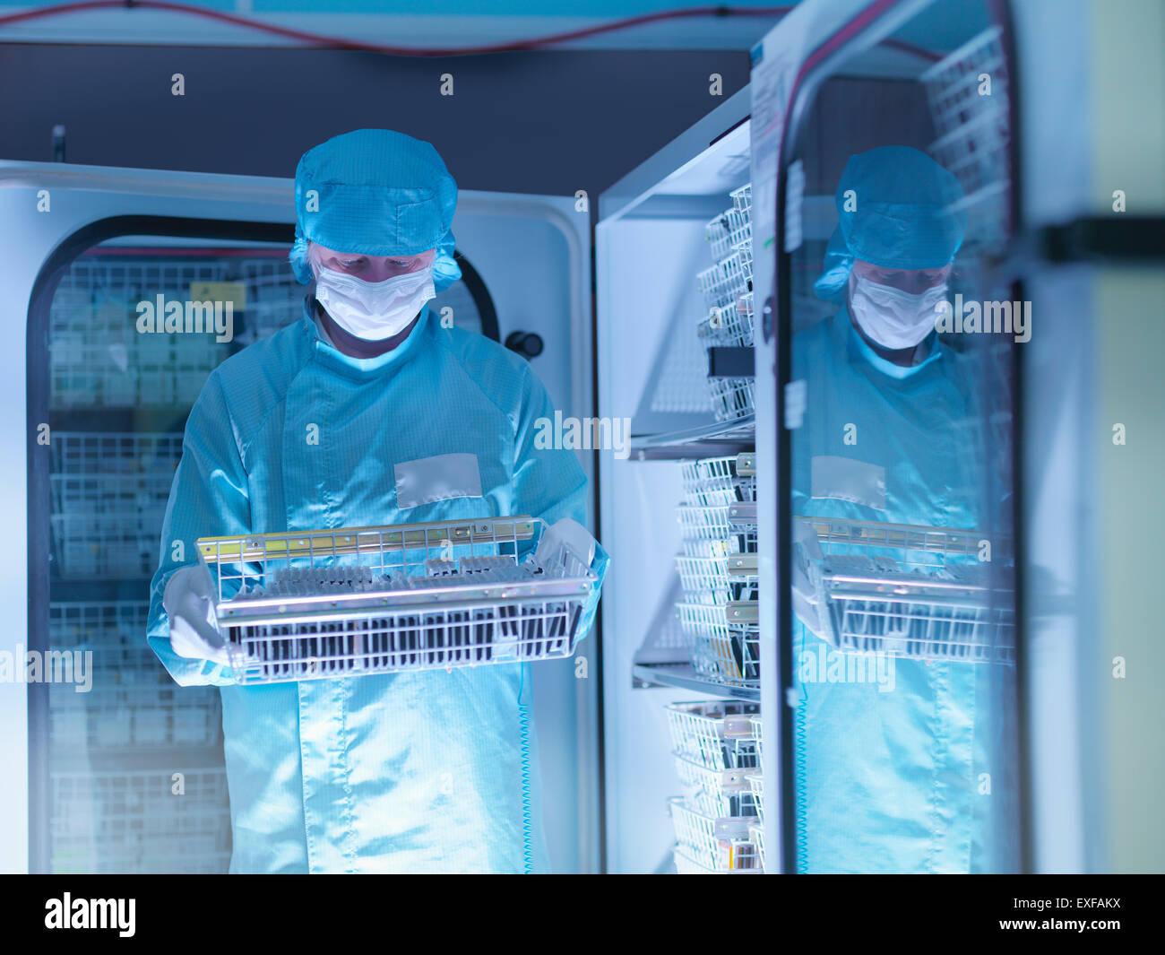 Comprobación del trabajador componentes electrónicos archivados en atmósfera de nitrógeno en Imagen De Stock