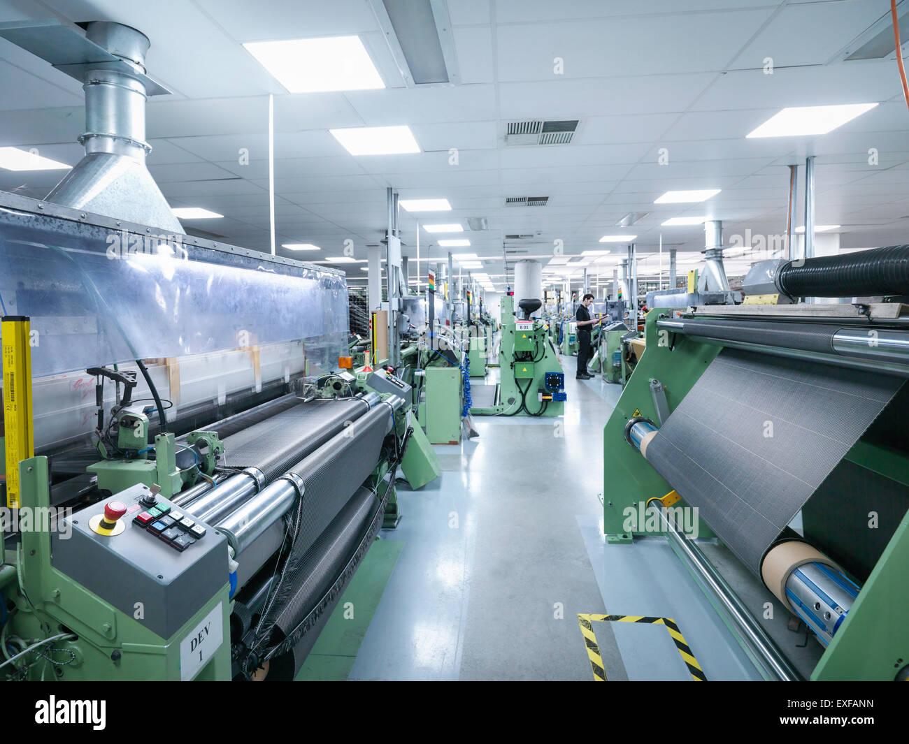 Trabajador telar de fibra de carbono de funcionamiento en fábrica de fibra de carbono Imagen De Stock