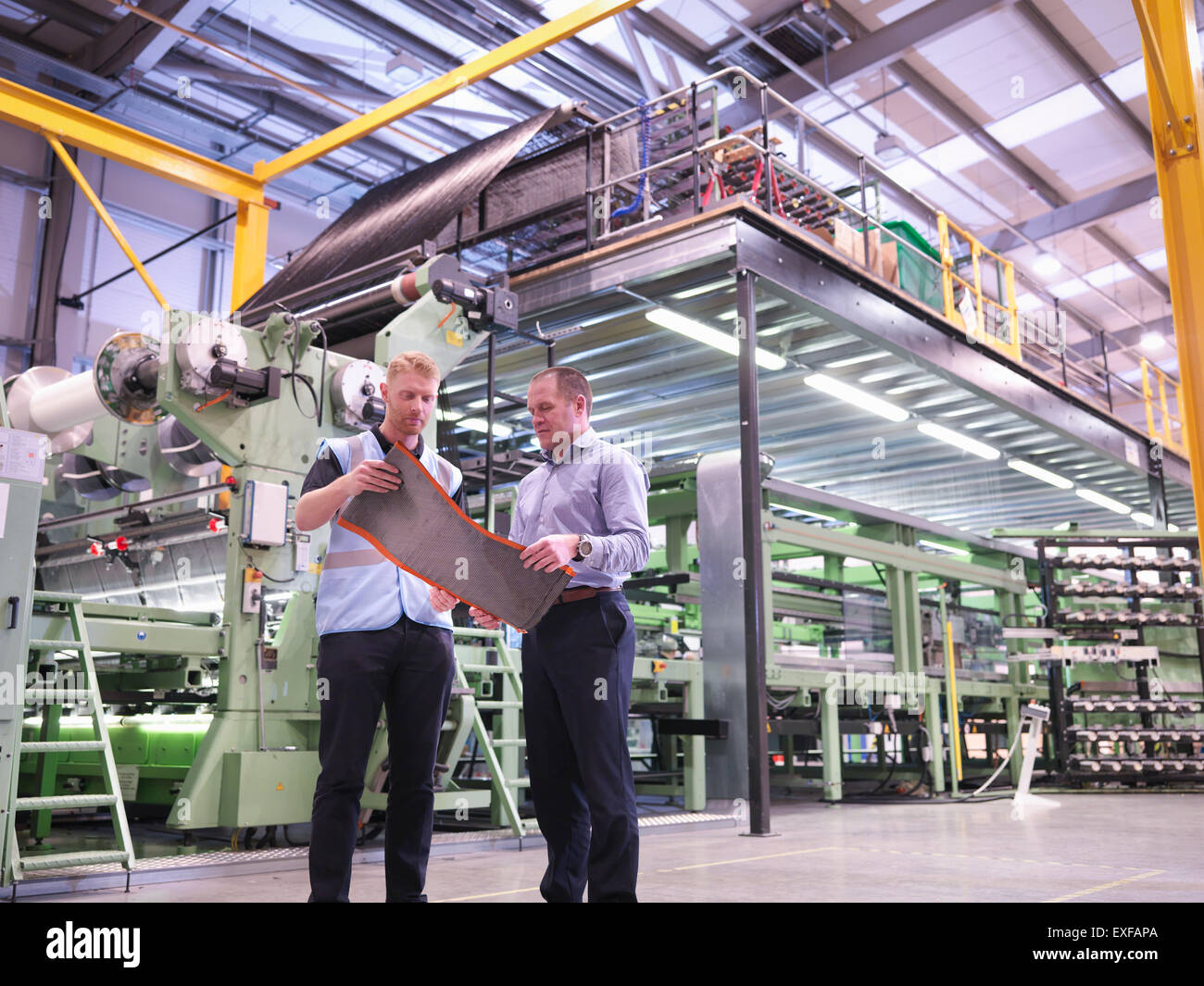 Los trabajadores inspección de fibra de carbono muestra en fábrica de fibra de carbono Imagen De Stock