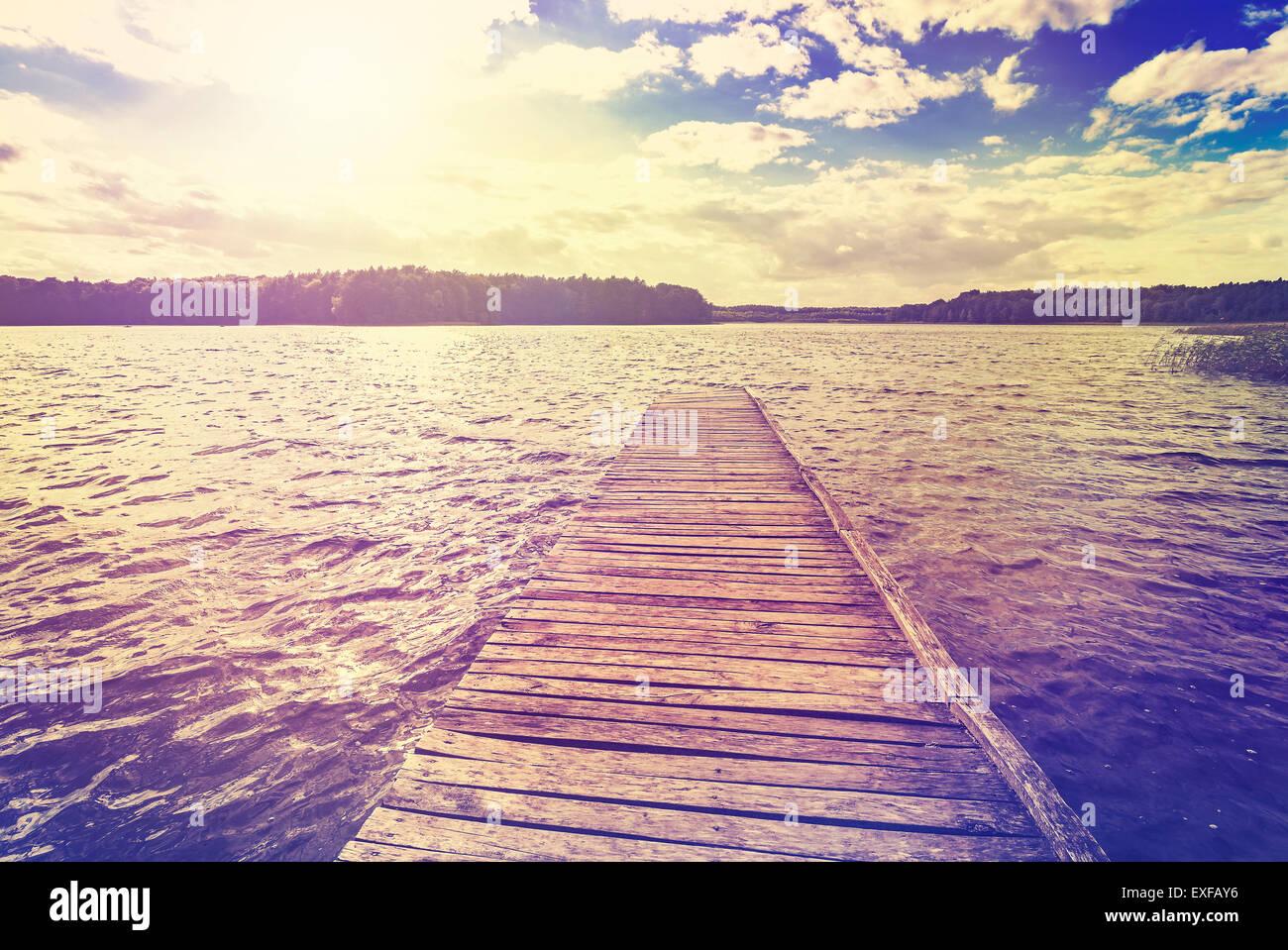 Tonos Vintage foto de la hermosa puesta de sol sobre el lago, Ostromecko en Polonia. Imagen De Stock