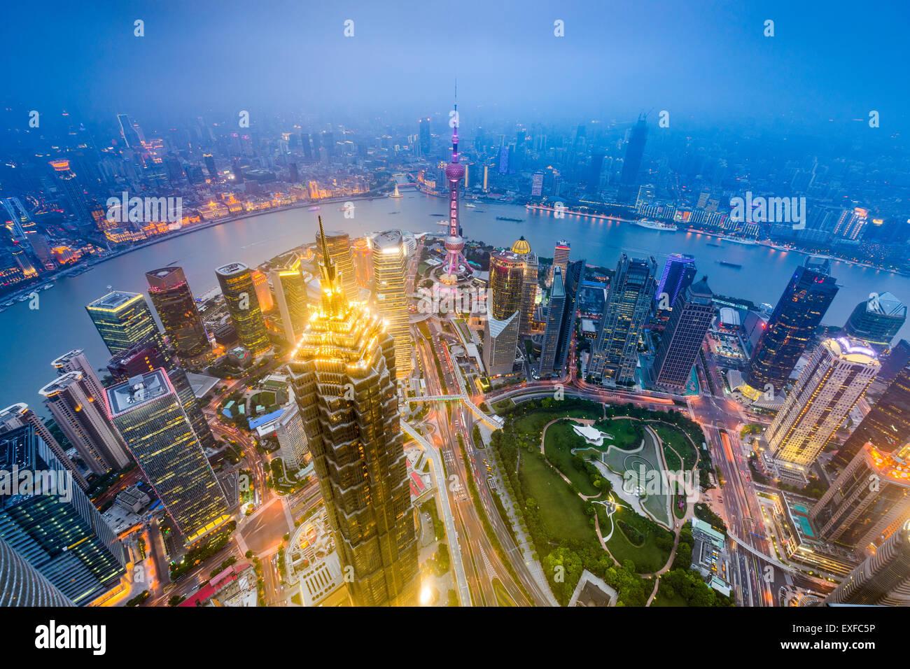 Shanghai, China el centro de la ciudad a través del distrito de Lujiazui. Imagen De Stock