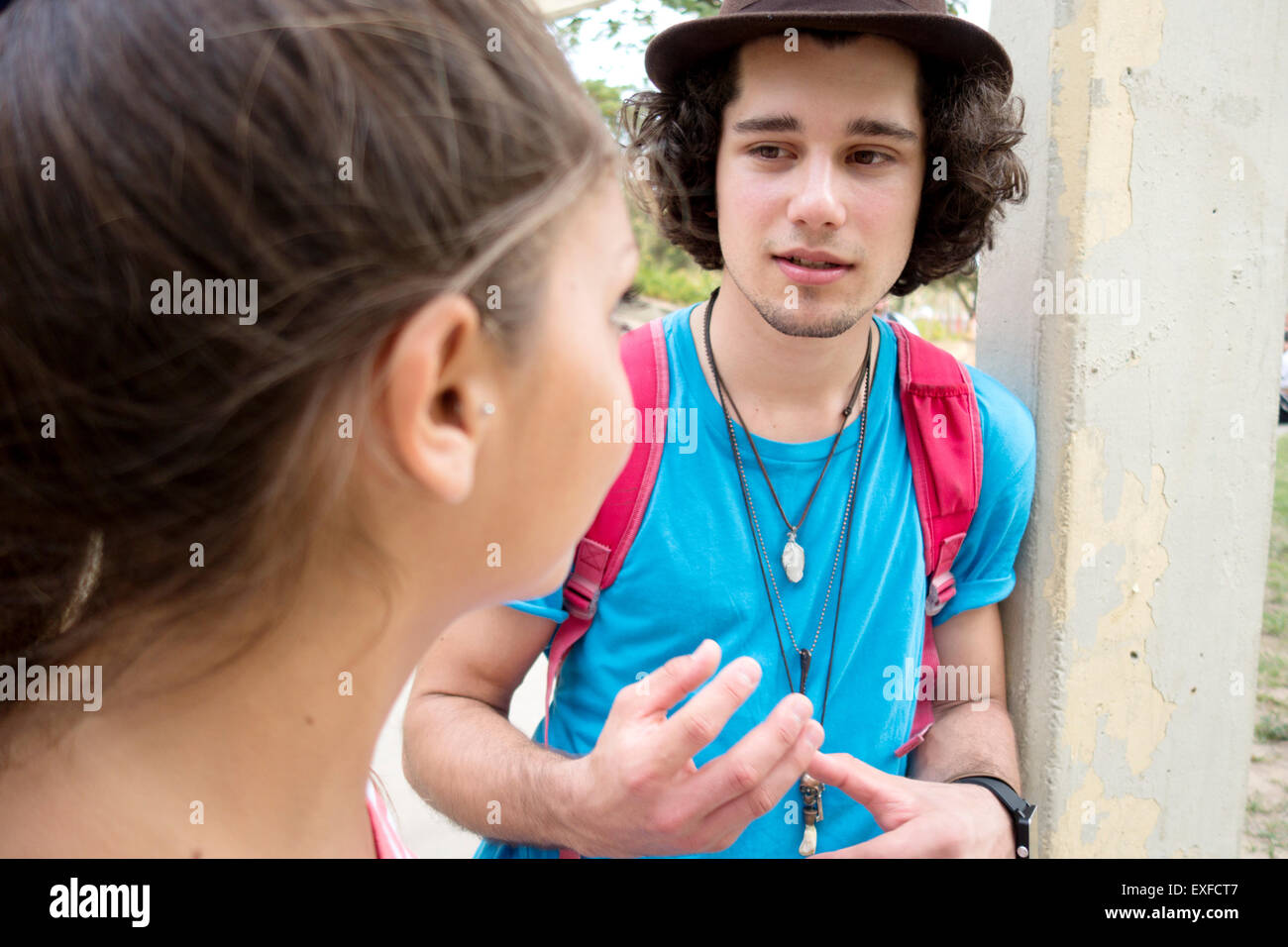 Par de hablar al aire libre Foto de stock