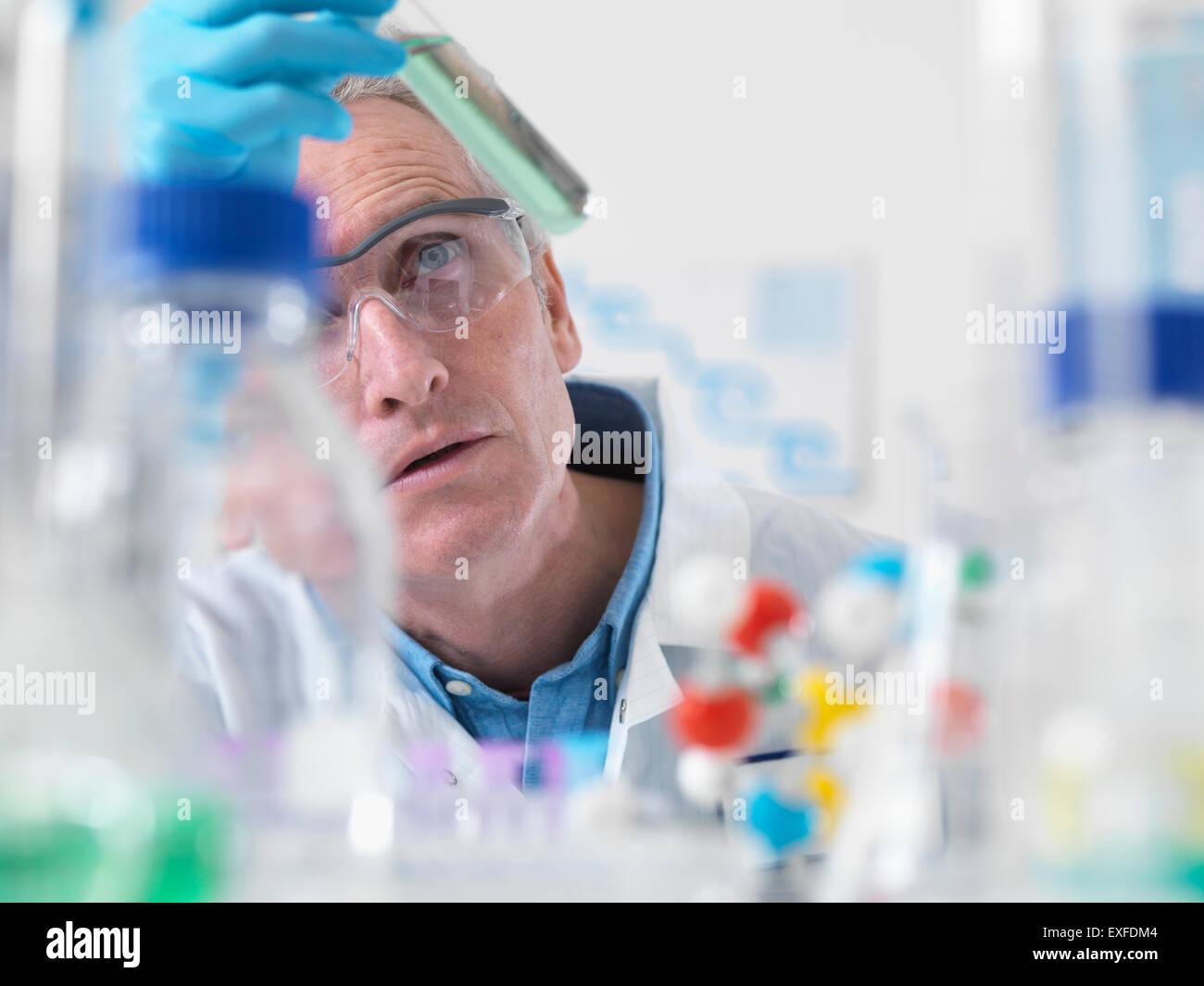 Visualización científico experimento químico en laboratorio Imagen De Stock