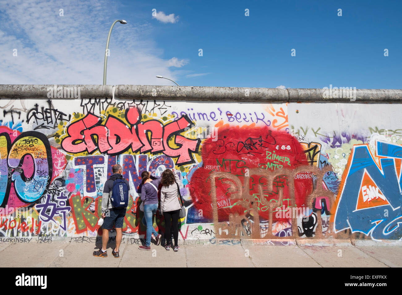 Graffiti en la sección original del Muro de Berlín en el East Side Gallery en Friedrichshain Berlín Imagen De Stock