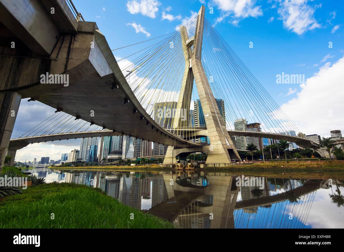 El Puente Octavio Frias de Oliveira, o Ponte Estaiada, en Sao Paulo, Brasil. Imagen De Stock