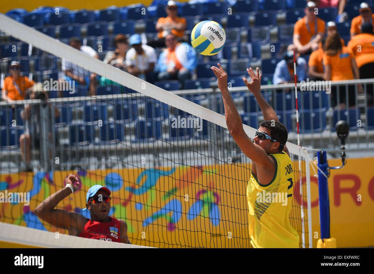 Toronto, Ontario, Canadá. El 13 de julio de 2015. Los hombres coinciden en el voleibol de playa de los Juegos Imagen De Stock
