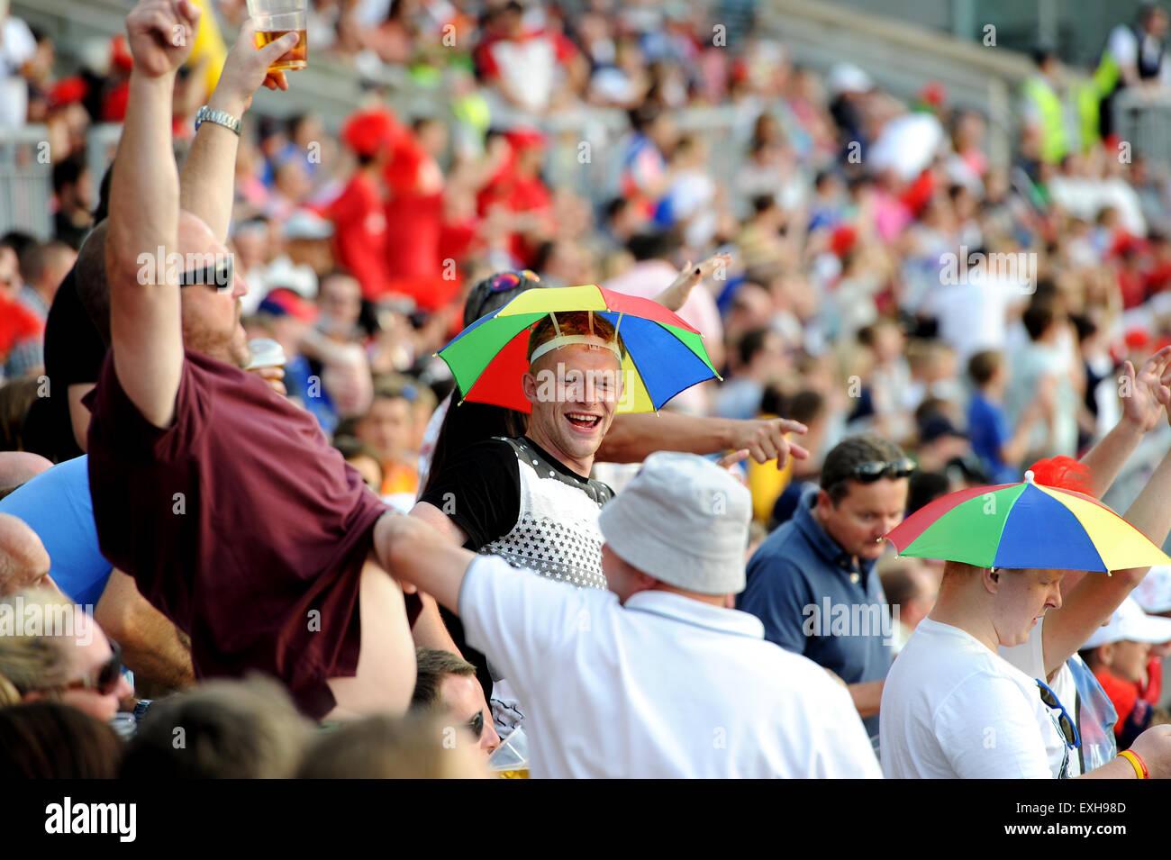 Fans celebrando en la muchedumbre en Emiratos, Old Trafford, Manchester, Inglaterra. T20 Blast partido de cricket Imagen De Stock