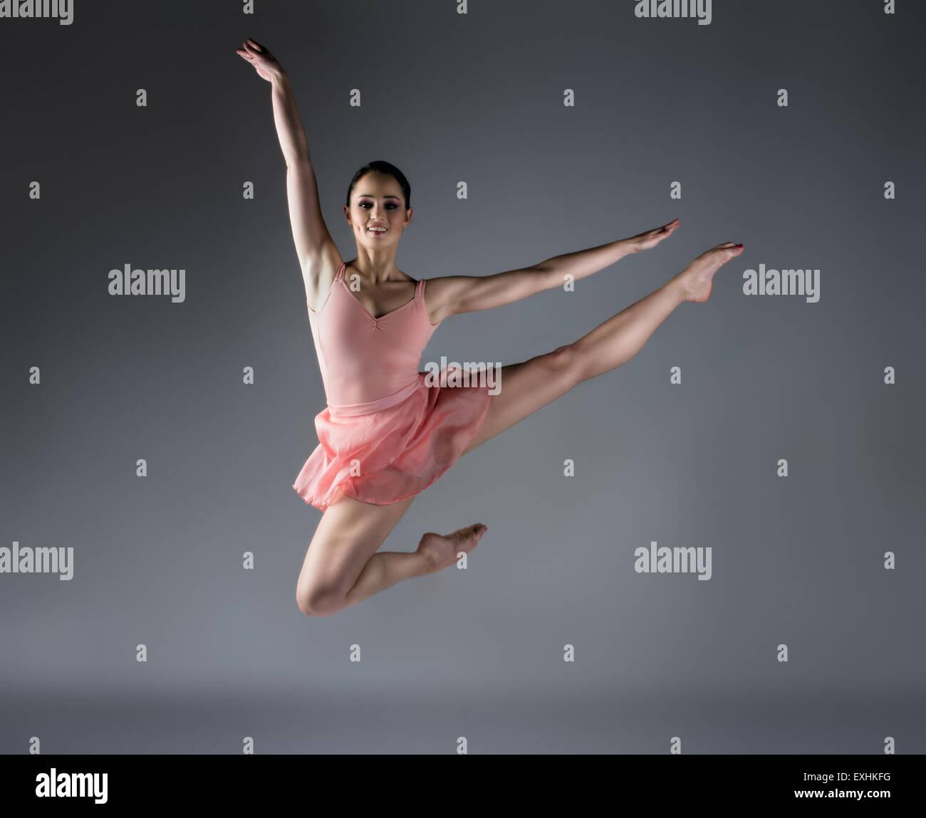 Mujer hermosa bailarina de ballet sobre un fondo gris
