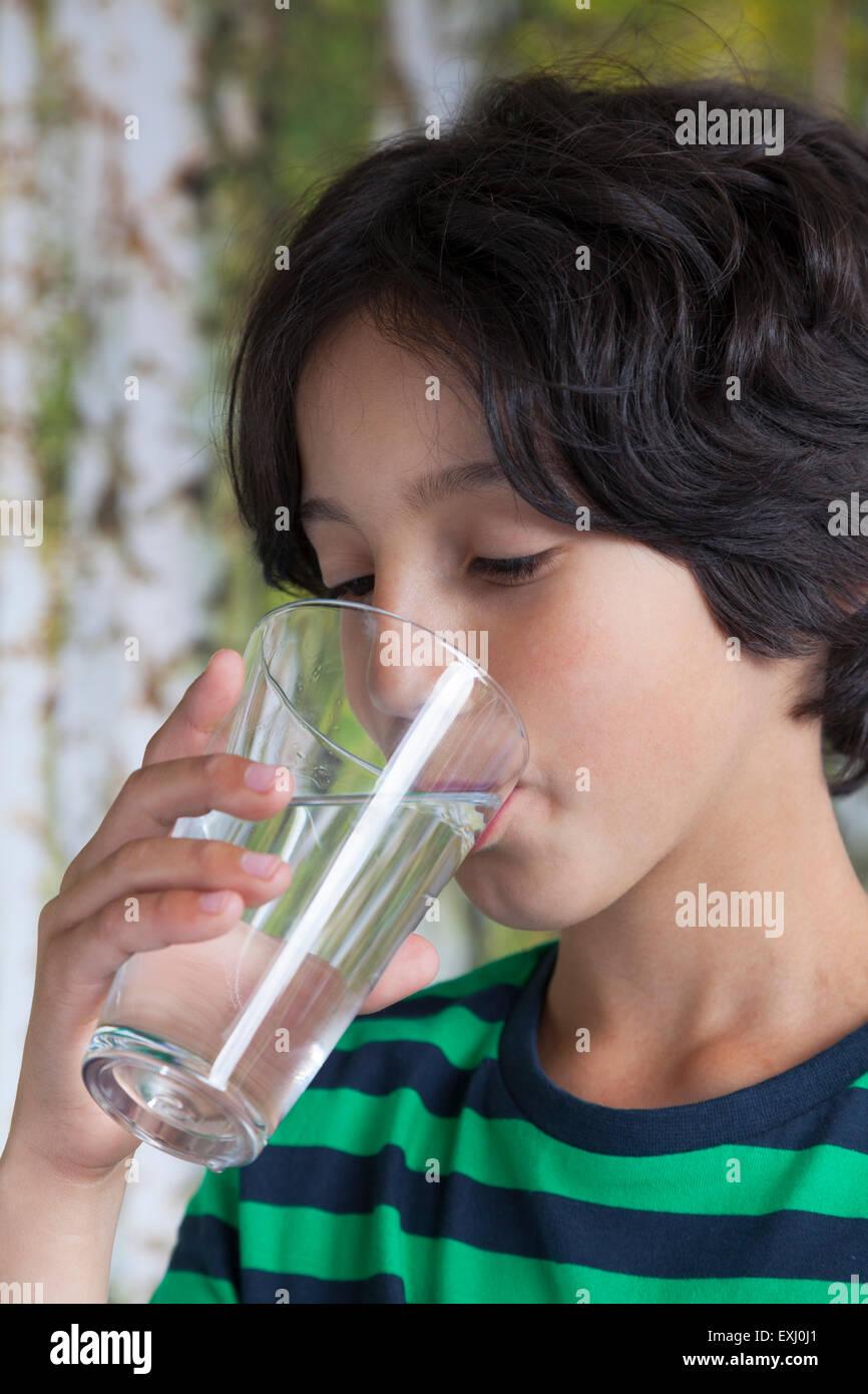Adolescente beber un vaso de agua Imagen De Stock
