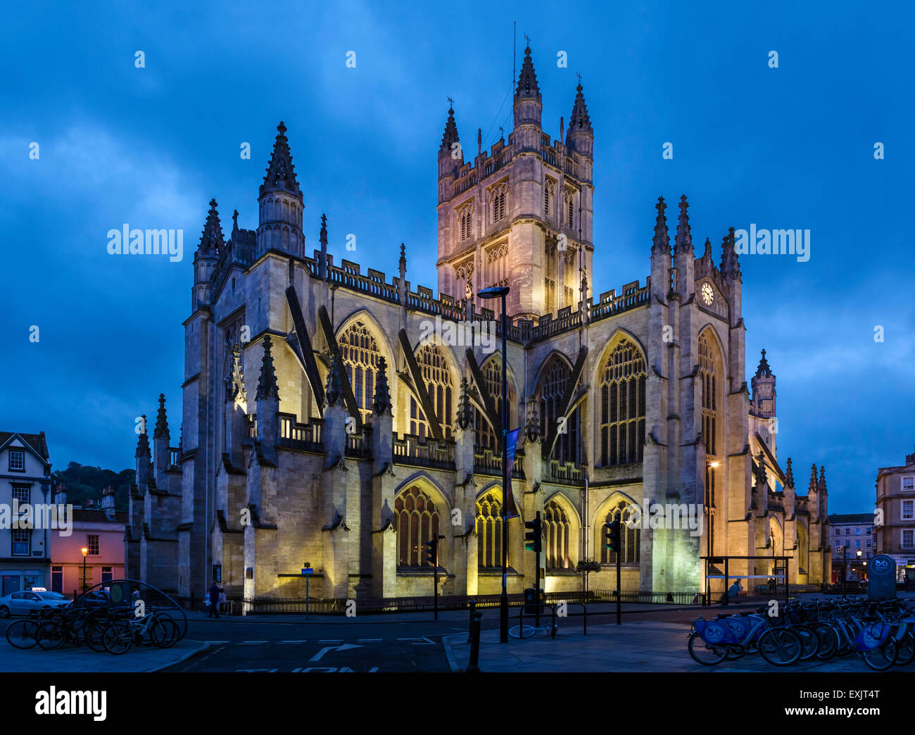 La fachada norte de la Abadía de Bath durante la noche, Bath, Somerset, Inglaterra, Reino Unido. Imagen De Stock