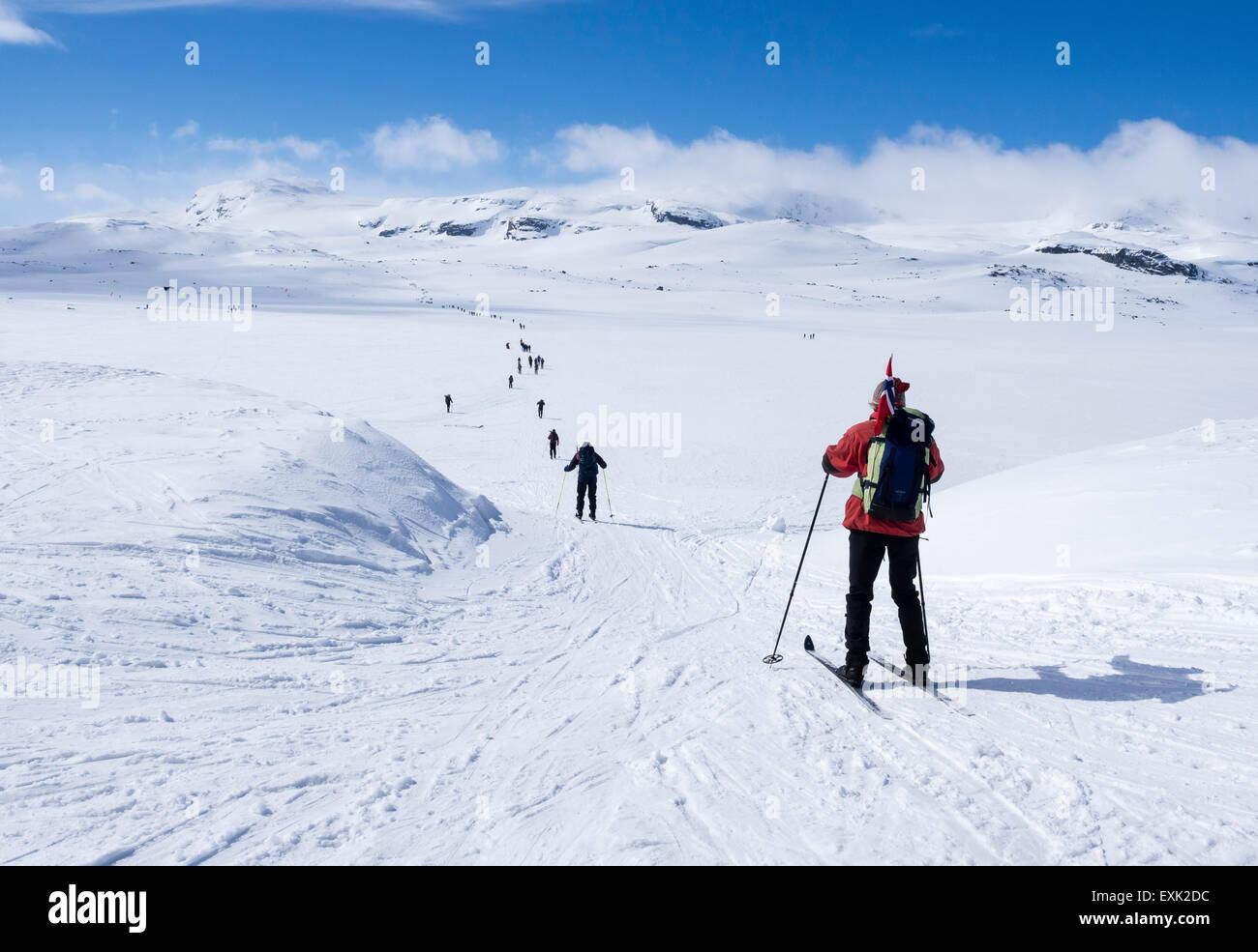 Día Nacional el 17 de mayo, los noruegos caminar en el esquí , llevando banderas noruegas, andando de Imagen De Stock