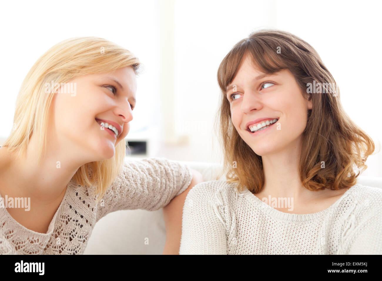 Complicidad escena transcurrido entre mejores amigos - Amistad concepto Foto de stock