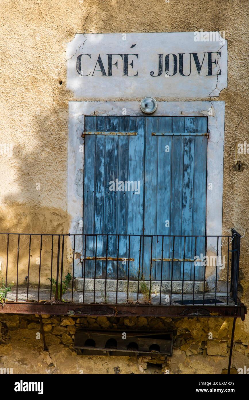 Fachada de una casa antigua con tienda pintada en signo de Aurel, Provence, Francia Foto de stock