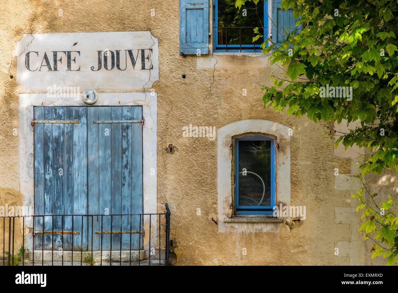 Fachada de una casa antigua con tienda pintada en signo de Aurel, Provence, Francia Imagen De Stock
