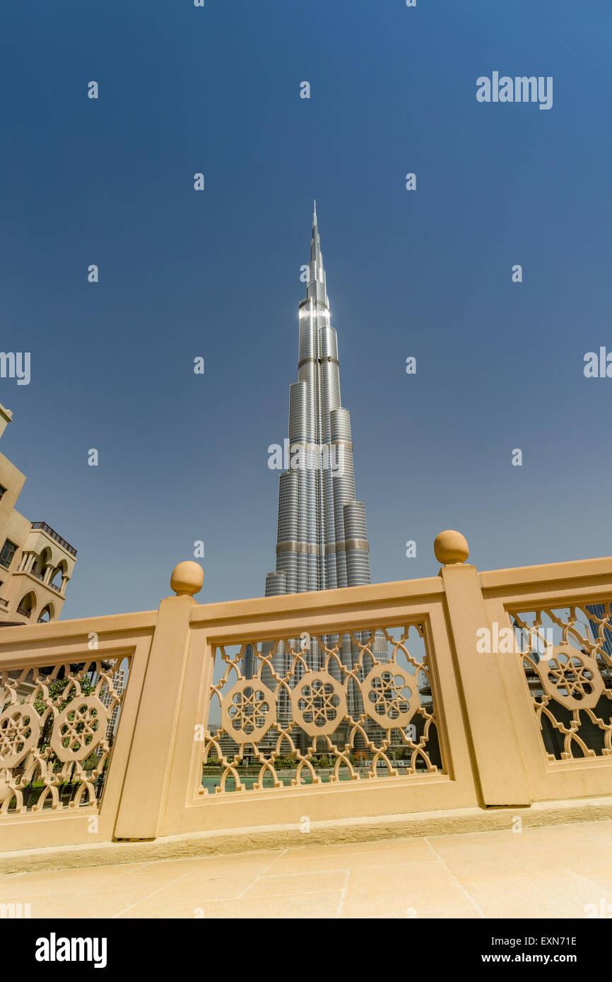 Los Emiratos Árabes Unidos, Dubai, Burj Khalifa visto desde el Souk Al Bahar bridge Foto de stock