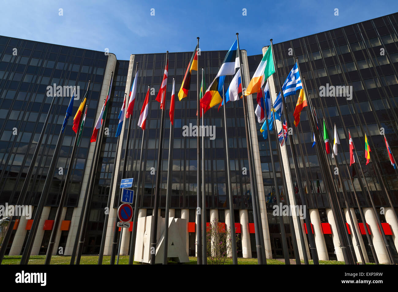 Banderas internacionales frente a un edificio en el Eurodistrict, Estrasburgo, Alsacia, Francia Foto de stock