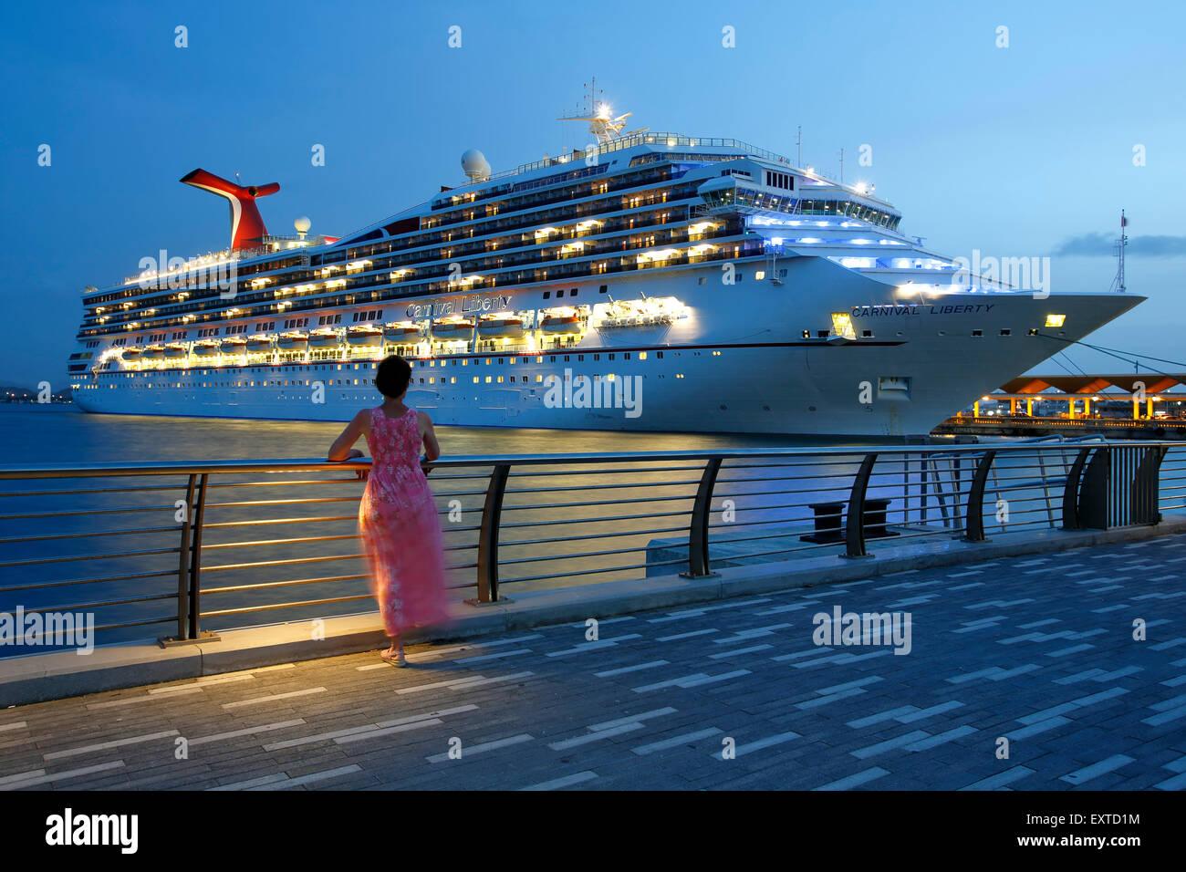 Mujer admirando crucero desde Bahía Urbana (Urban Bay), el Viejo San Juan, Puerto Rico Foto de stock