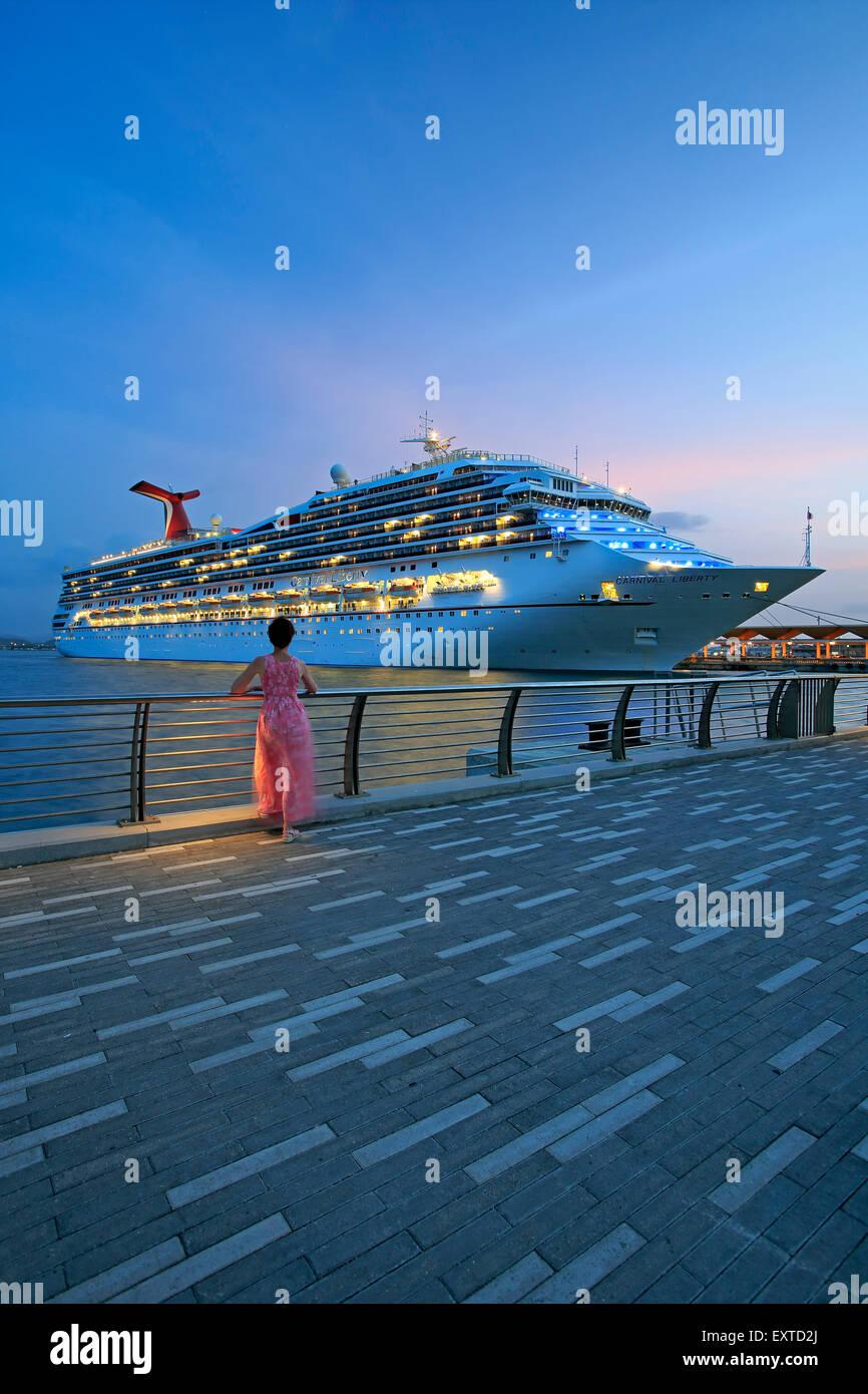 Mujer admirando crucero desde Bahía Urbana (Urban Bay), el Viejo San Juan, Puerto Rico Imagen De Stock