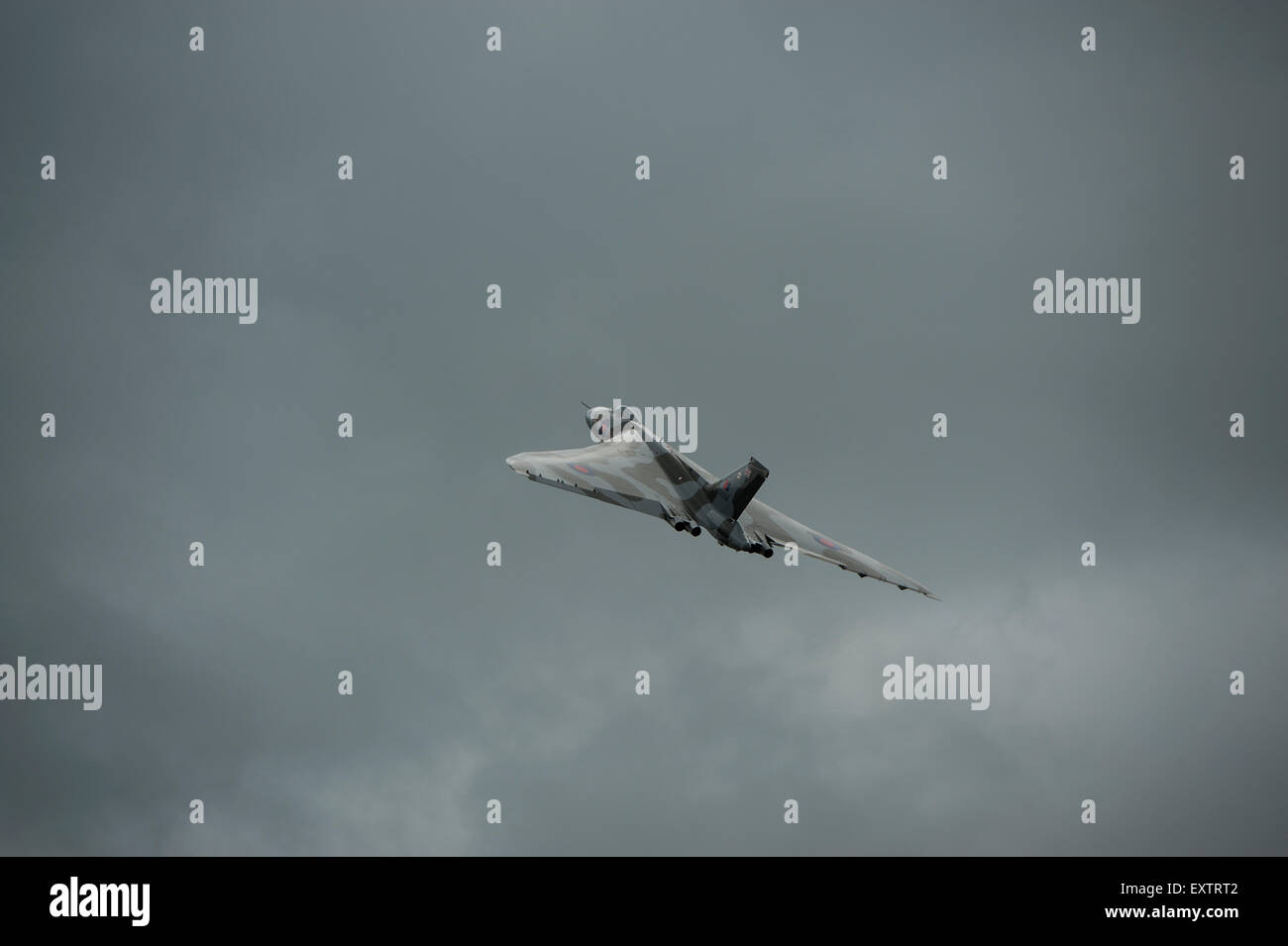 Avro Vulcan XH558 bombardero nuclear de la guerra fría volando en un cielo oscuro Imagen De Stock