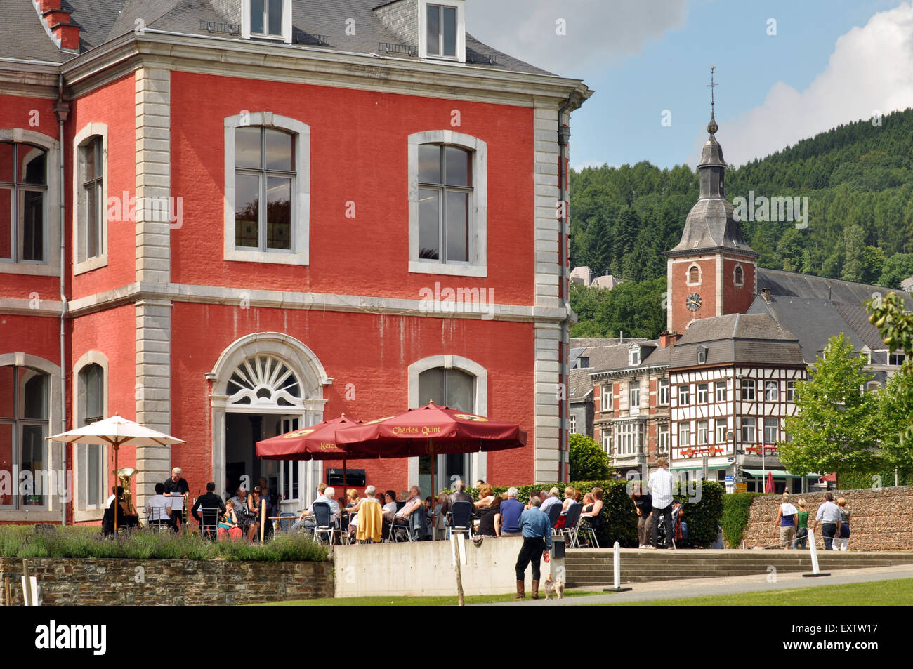 9101cf0c8e17e Almuerzo de verano concierto en el jardín de té de la Abadía de Stavelot  Imagen De