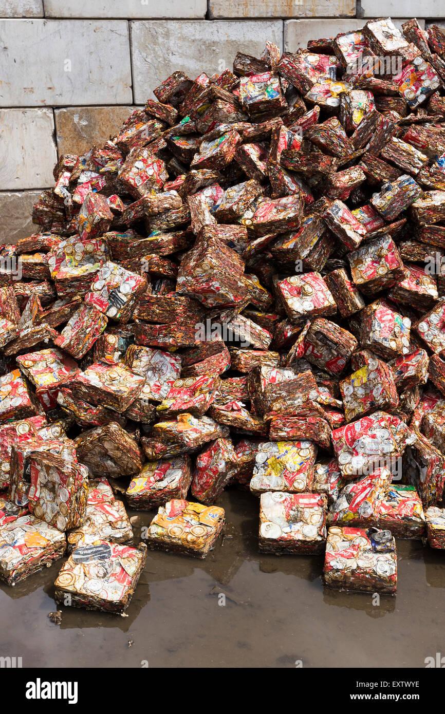 Patio de reciclaje en Hamburgo, presionó a las latas de bebidas Imagen De Stock