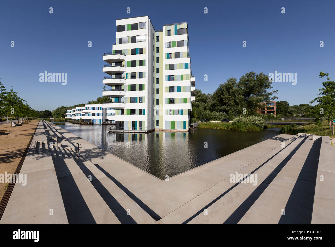 Modernos edificios de apartamentos en Hamburgo en medio de un agua Imagen De Stock