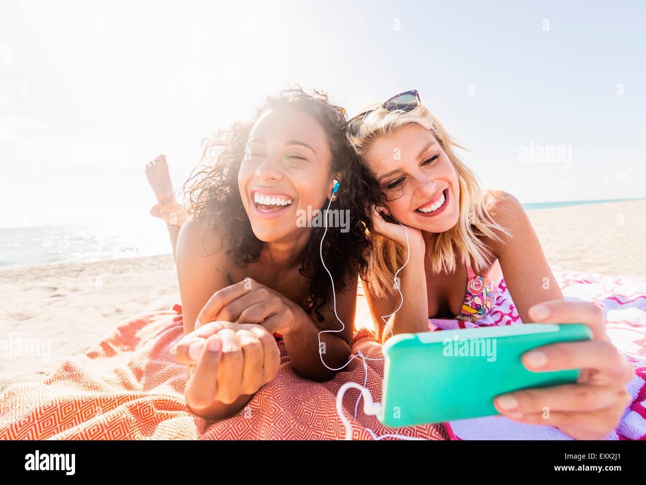 Amigas en la playa Imagen De Stock