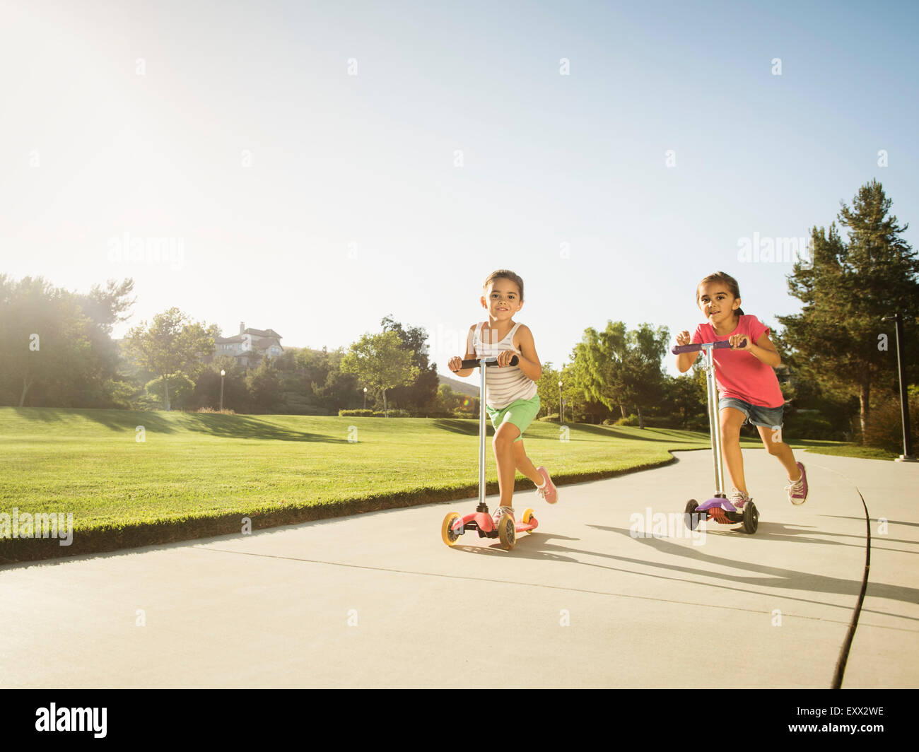 Hermanas (6-7, 8-9) jugando en el parque Imagen De Stock