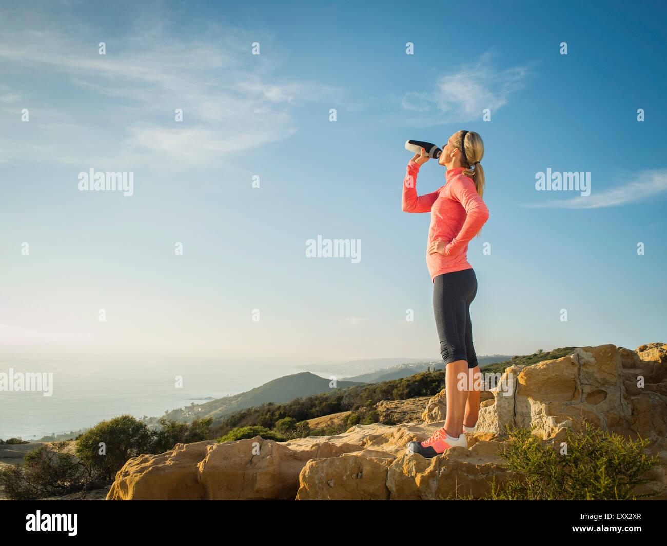 Mujer en ropa deportiva de agua potable Imagen De Stock