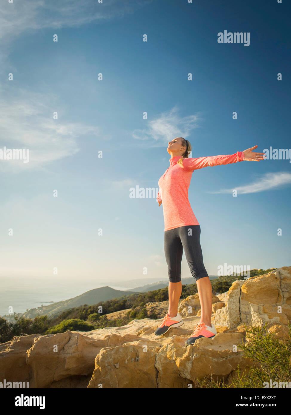 Mujer en ropa deportiva con los brazos abiertos Imagen De Stock