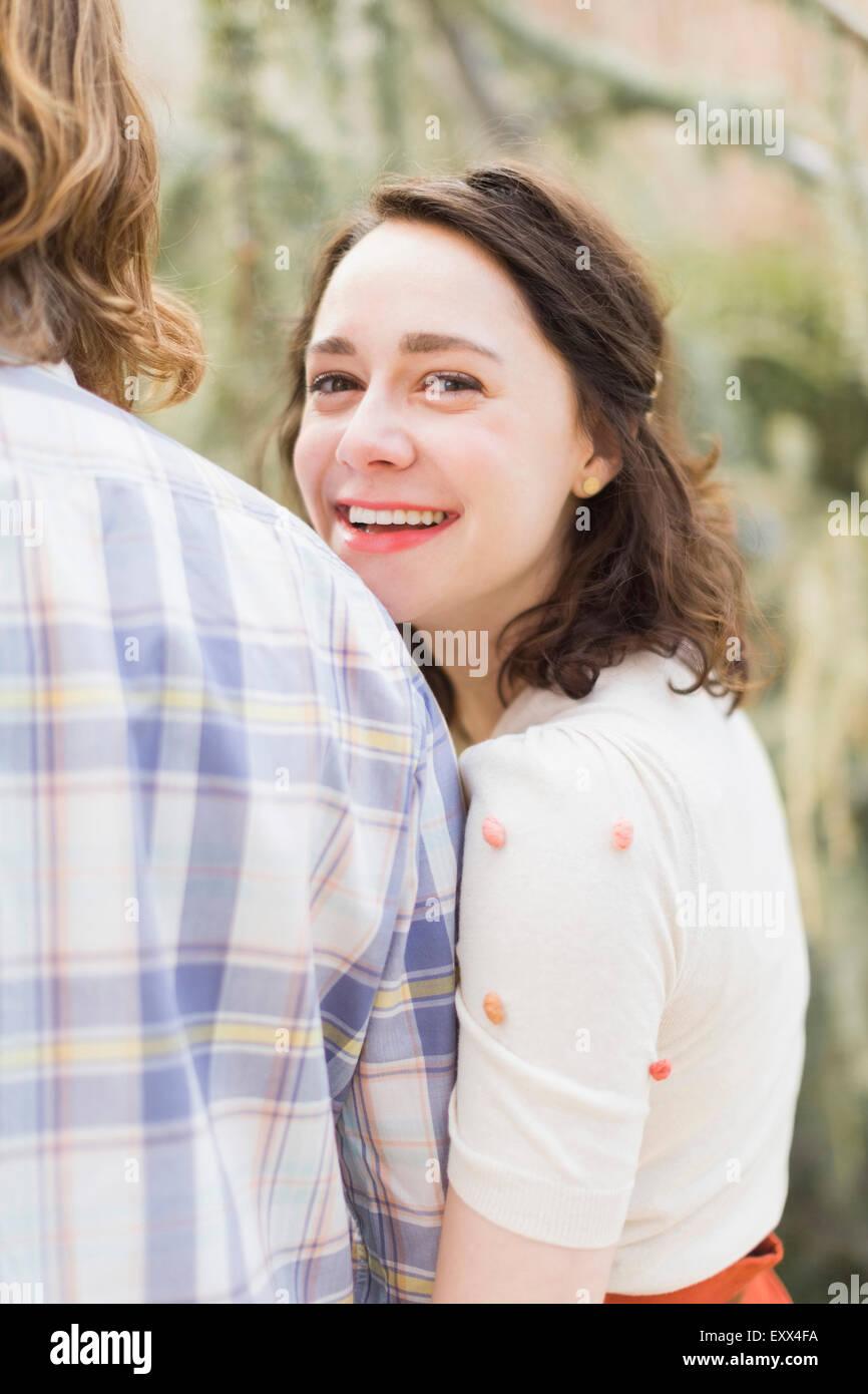 Mujer sonriente joven junto a novio Imagen De Stock