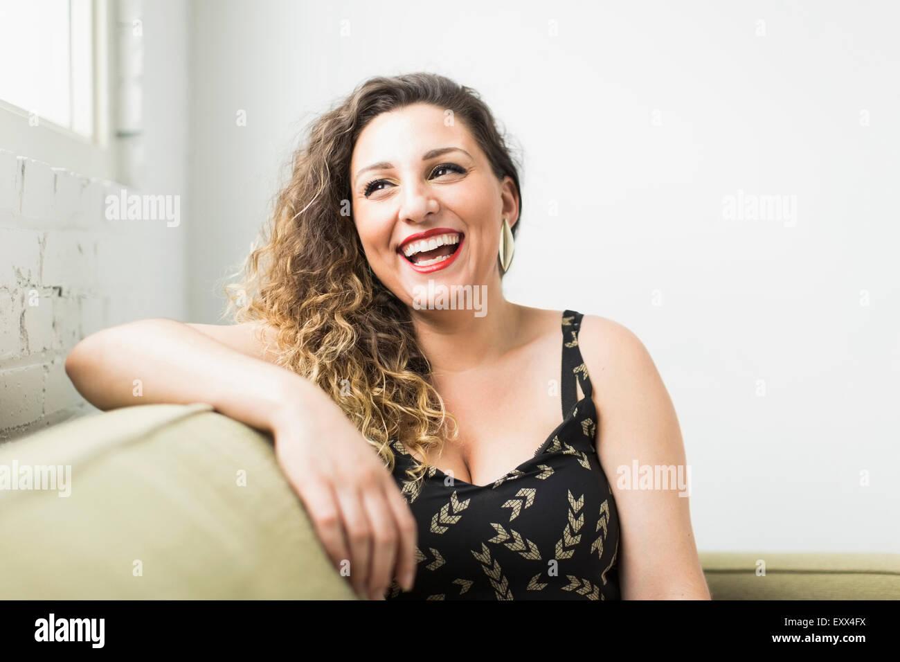 Mujer mirando lejos y riendo Imagen De Stock
