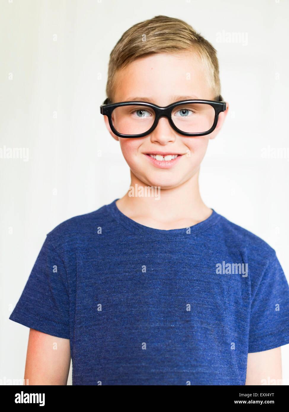 Retrato de niño (6-7) llevar gafas. Imagen De Stock