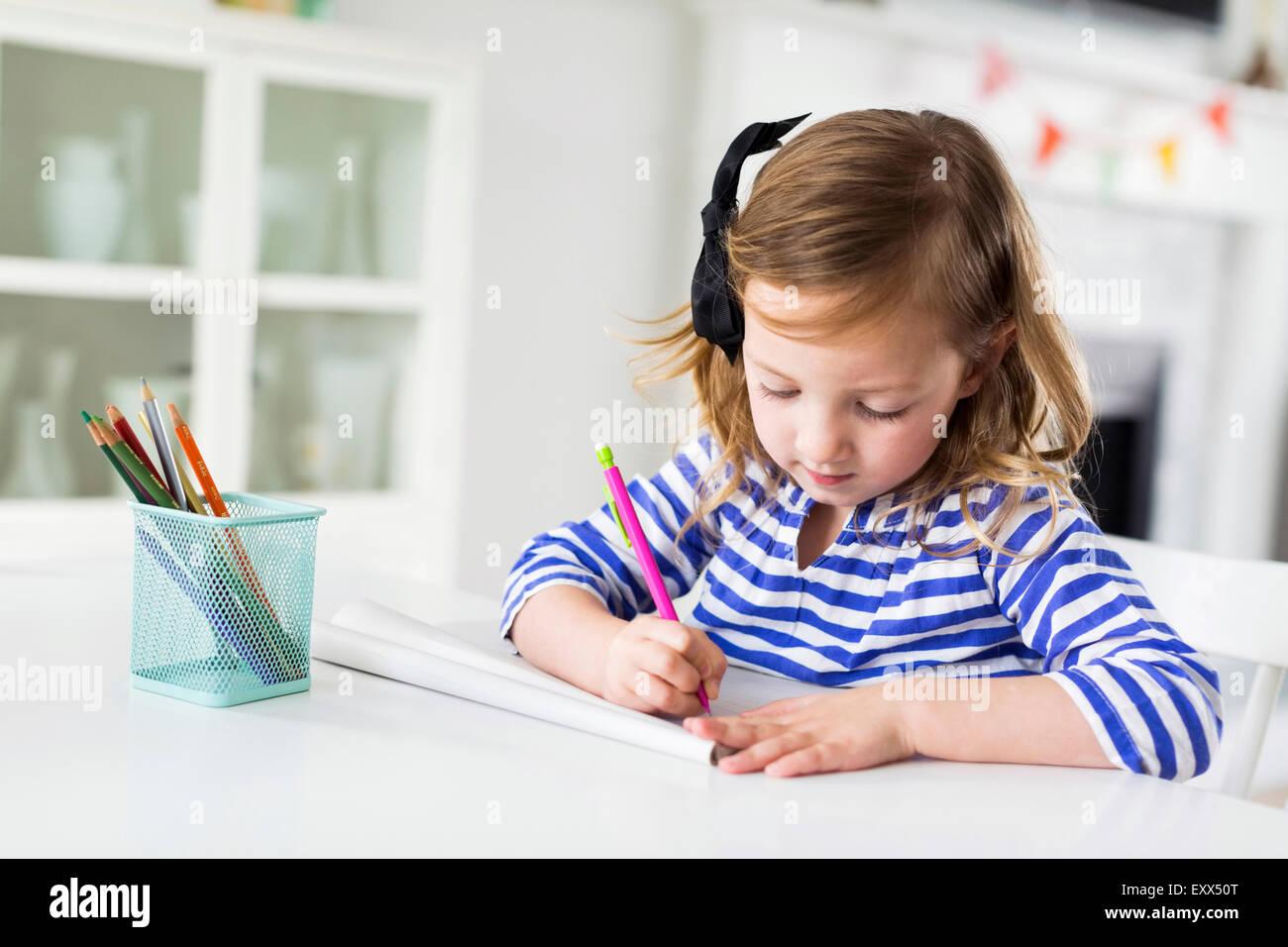 Chica (4-5) en la sala de dibujo Imagen De Stock