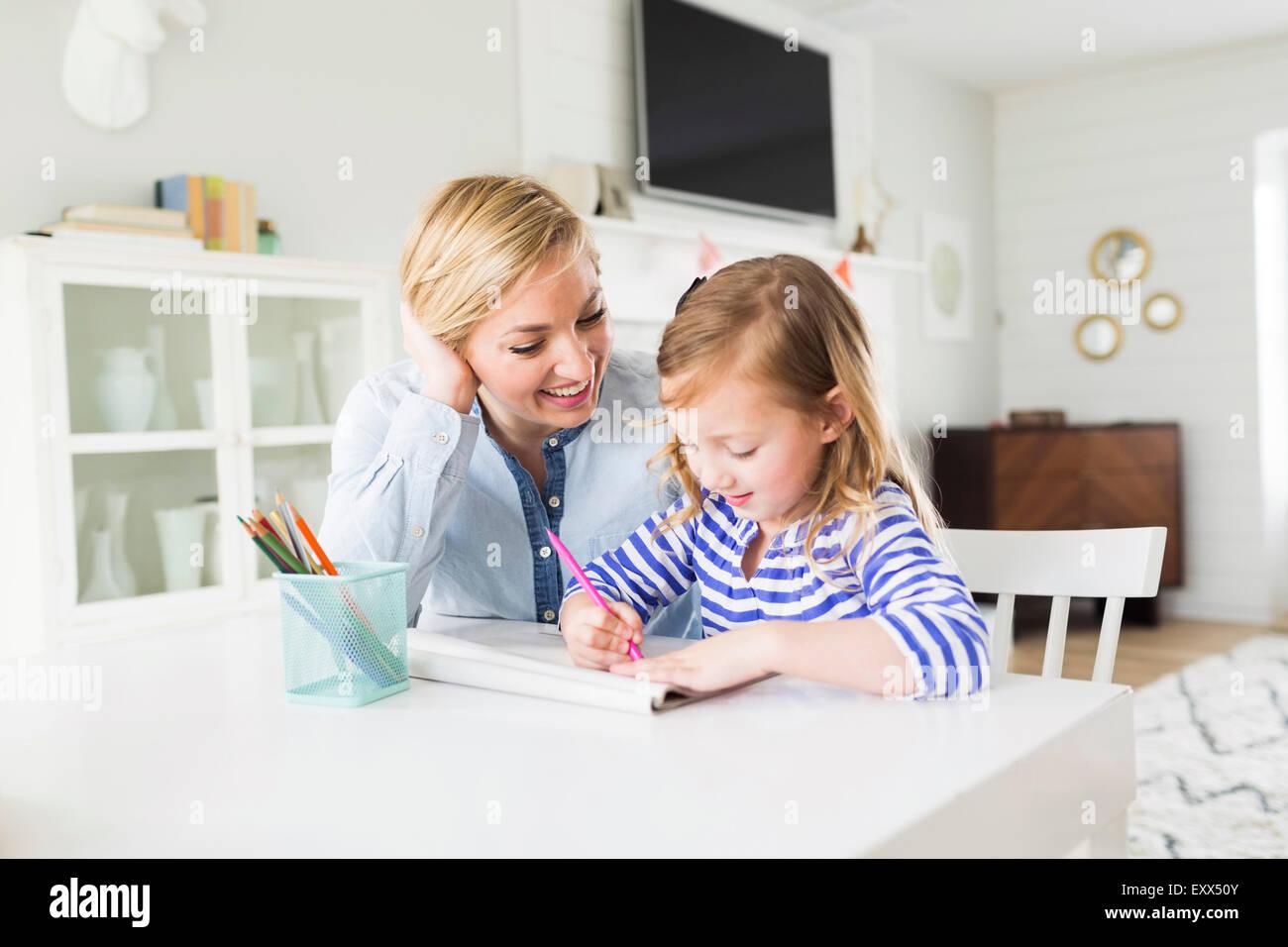 Chica (4-5) dibujando con su mamá Imagen De Stock