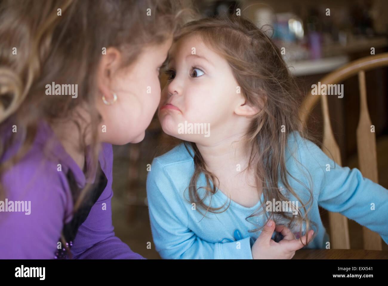 Hermanas haciendo caras en cada uno de los otros Imagen De Stock