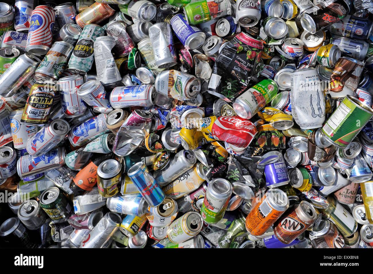 Moab, Utah, EE.UU. - Junio 4, 2015: las latas de bebidas vacías en un contenedor en el camino, recoge para Imagen De Stock
