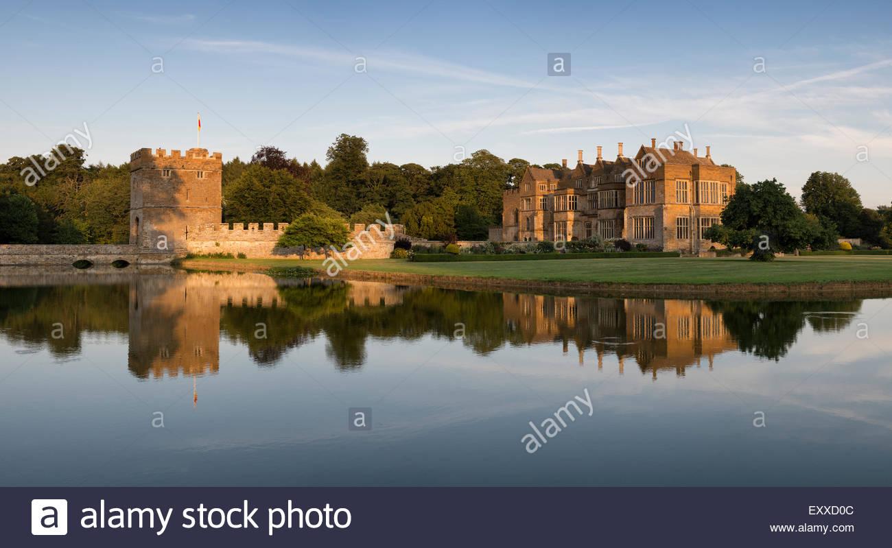 Broughton Castle en la noche la luz solar del verano. Cerca de Banbury, Oxfordshire, Inglaterra. Panorámicas Foto de stock